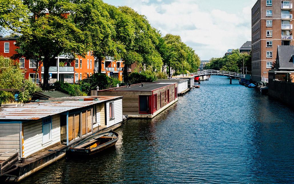 Hausboote statt Häusern auf Stelzen